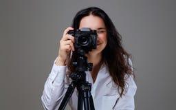 拍与一台专业照片照相机的女性照片 免版税库存图片