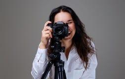 拍与一台专业照片照相机的女性照片 库存照片