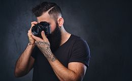 拍与一台专业照相机的一个人照片 免版税库存照片