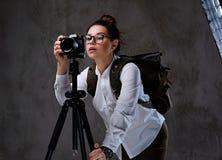 拍与一台数字照相机的女性照片在三脚架 免版税库存图片