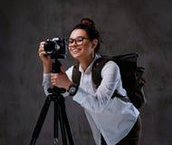 拍与一台数字照相机的女性照片在三脚架 图库摄影