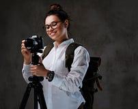 拍与一台数字照相机的女性照片在三脚架 库存图片