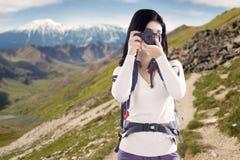 拍与一台数字照相机的妇女照片 免版税库存照片