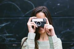 拍与一台老照相机的少妇一张照片 免版税库存照片