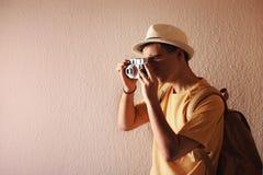 拍与他的照相机的人一张照片 库存照片