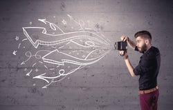 拍与减速火箭的照相机的滑稽的人照片 免版税库存照片