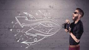 拍与减速火箭的照相机的滑稽的人照片 免版税库存图片