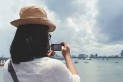 拍与她巧妙的电话的妇女海照片 免版税图库摄影