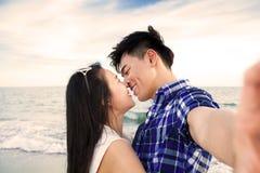 拍与巧妙的电话的夫妇自画象照片 免版税图库摄影