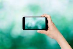 拍与巧妙的电话的女性青少年的手照片 免版税库存图片