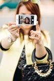 拍与巧妙的电话的美丽的少妇特写镜头一张selfie照片户外在晴朗的夏日 立即过滤器 库存图片