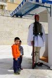拍与希腊士兵的未认出的男孩照片在雅典 免版税库存照片
