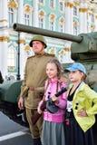 拍与战士和苏联中型油箱T-的孩子照片 免版税图库摄影