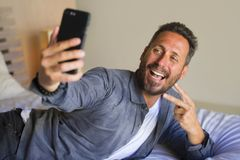 拍与手机微笑的嬉戏打手势的年轻可爱和愉快的30s或40s人生活方式画象selfie照片 图库摄影