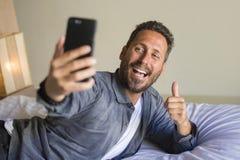 拍与手机微笑的嬉戏打手势的年轻可爱和愉快的30s或40s人生活方式画象selfie照片 库存图片