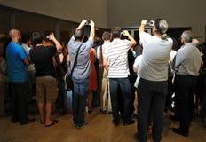 拍与手机的人们照片 免版税图库摄影