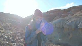拍与手机的妇女远足者照片在山峰 股票视频