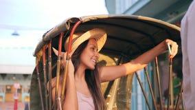 拍与手机的年轻混合的族种旅游女孩Selfie照片,当乘坐自行车人力车出租汽车在泰国时老的镇 股票视频