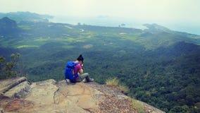 拍与手机的远足者照片远足在山峰 免版税库存照片