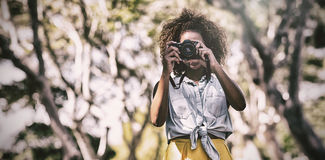 拍与数字照相机的妇女照片 免版税库存图片