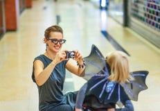拍与数字照相机的母亲和女儿照片 免版税库存图片