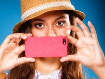 拍与智能手机照相机的妇女自已照片 图库摄影