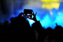 拍与智能手机的人人群照片在音乐会 免版税图库摄影