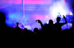 拍与智能手机的人人群照片在音乐会 免版税库存照片