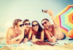 拍与智能手机的人照片 免版税库存照片
