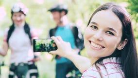 拍与智能手机的朋友室外画象照片 股票视频