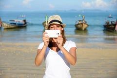 拍与智能手机的泰国旅行的游人照片在Krab 免版税图库摄影