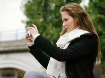拍与智能手机的照片 库存照片