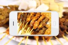 拍与智能手机的食物照片 免版税库存图片