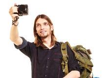 拍与照相机的人旅游背包徒步旅行者照片 库存图片