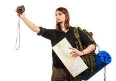 拍与照相机的人旅游背包徒步旅行者照片 免版税库存照片