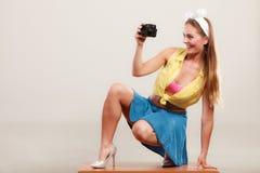拍与照相机的女孩妇女的Pin照片 图库摄影