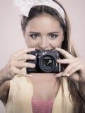 拍与照相机的女孩妇女的Pin照片 库存图片