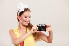 拍与照相机的女孩妇女的Pin照片 库存照片