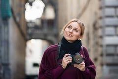 拍与照相机的女孩照片在镇 免版税库存照片