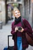 拍与照相机的女孩照片在镇 图库摄影