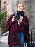 拍与照相机的女孩照片在镇 库存照片