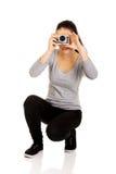 拍与照相机的妇女一张照片 免版税库存图片
