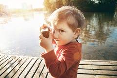 拍与照相机的男孩照片 免版税图库摄影