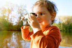 拍与照相机的男孩照片 图库摄影