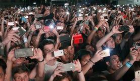 拍与电话的人人群照片 免版税库存照片