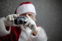 拍与老照相机的圣诞老人照片 免版税库存照片