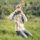 拍与老照相机的小十几岁的女孩照片 库存照片