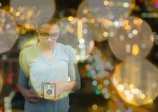 拍与葡萄酒照相机的摄影师一张照片 被弄脏的城市点燃背景和黄色被弄脏的l 免版税库存照片