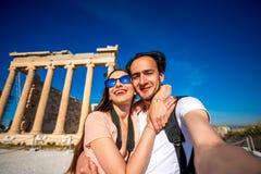 拍与Erechtheum寺庙的年轻夫妇selfie照片在背景在上城 免版税图库摄影