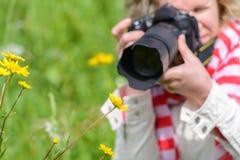 拍与SLR照相机的妇女照片 库存图片